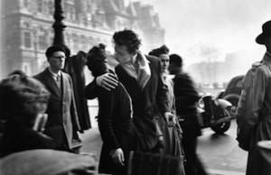 Il Bacio dell'Hotel de Ville -1950 copyright atelier Robert Doisneau