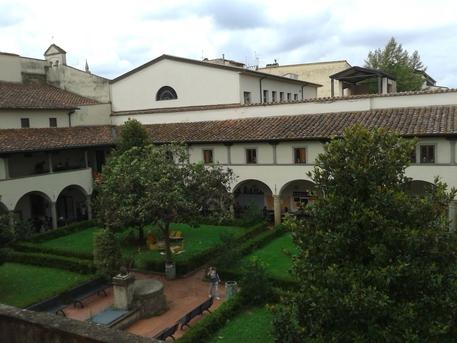 Teatro: performance a Firenze con ruspe e operai, giù muro